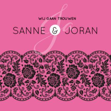Klassieke trouwkaart met zwart kanten strook op felgekleurde roze ondergrond.