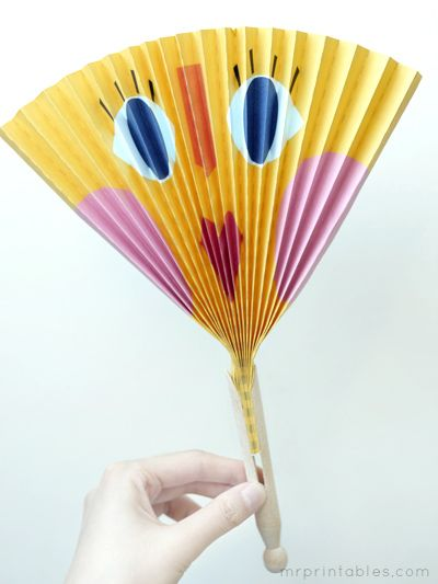 No faces please ----how to make paper fan Sarah wants one of the art projects at her party to be paper fans!  These are adorable and a great how too!