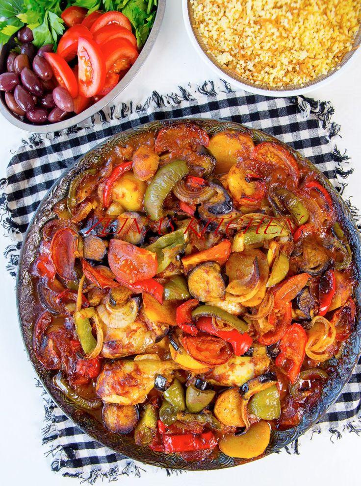 Tapsi är en fantastisk kurdisk rätt med läckra smaker. En god gryta med grönsaker som tillagas i ugn. Tapsi kan tillagas med kött, kyckling eller göras vegetarisk och är lika god att serveras med ris, bröd eller bulgur. 6 portioner 1,5 kg kycklingklubbor Olja till stekning Marinad till kyckling: 0,5 dl ketchup 2 pressade vitlöksklyftor 1 msk olivolja 1 tsk paprikapulver 0,5 tsk sju kryddor 0,5 tsk curry 0,5 tsk gurkmeja Salt & peppar Grönsaker: 2 st aubergine 3 st potatisar 2 st paprikor ...