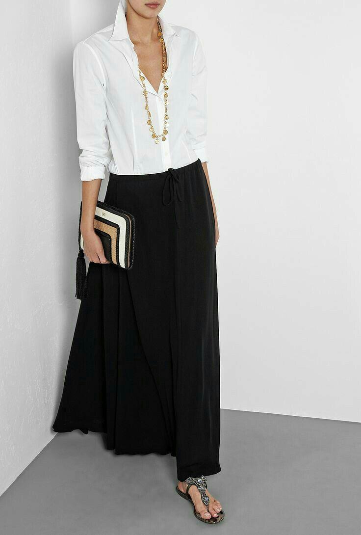 Elegante manera de combinar una falda negra larga.