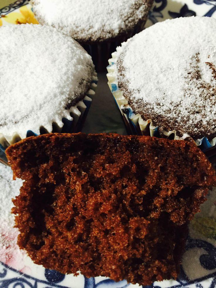 I muffin al latte caldo con cioccolato sono ottimi sia per colazione che per merenda, ma anche come dolcino da servire dopo pranzo.