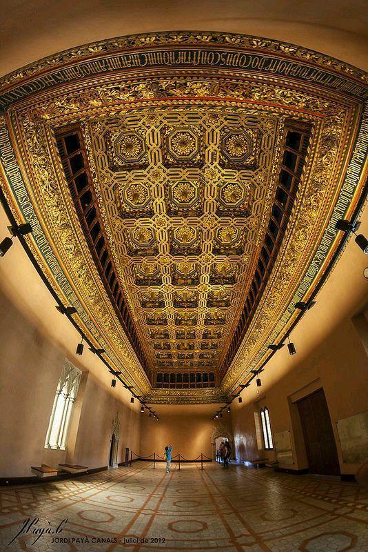 Techo del Salón del Trono del castillo palacio de la Aljaferia, sede de las Cortes de Aragon, Zaragoza España