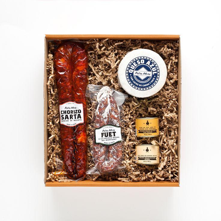 EMBUTIDO, FOIE Y QUESO El pack incluye: Sarta ibérica de bellota  Queso azul de Valdeón  Fuet con cerveza negra del Montseny  Bloc de foie gras con trozos  Foie gras de pato entero Caja regalo http://www.petramora.com/blanco/Navarra-Balduina.html
