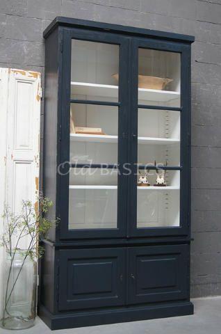 WWW.OLD-BASICS.NL Vitrinekast Monaco 10048 - Deze stijlvolle vitrinekast heeft hoge vitrinedeuren met verstelbare legplanken. MAATWERKDit meubel is handgemaakt en -geschilderd. De kast kan in vrijwel elke gewenste maat, indeling en RAL-kleur worden nabesteld. Benieuwd naar de mogelijkheden? Kom eens langs, of neem contact met ons op. Wij maken vrijblijvend een offerte voor het meubel van uw voorkeur! Taylor made cabinet.
