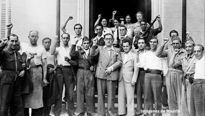 García Atadell a la puerta del Palacete que les servía de sede y checa, rodeado de sus secuaces