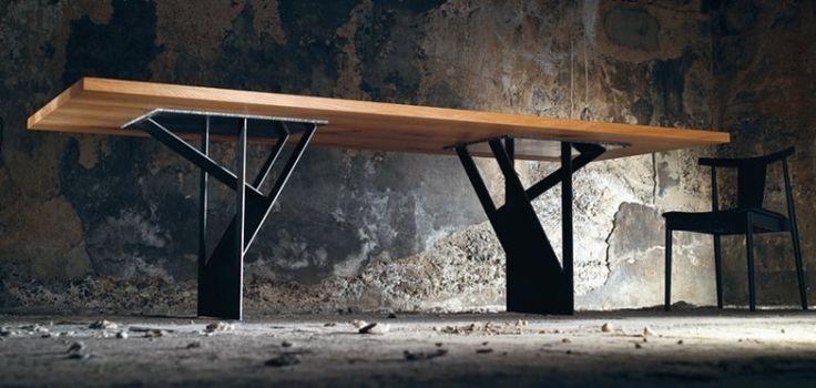 table à manger avec plateau en bois massif et piètement en acier