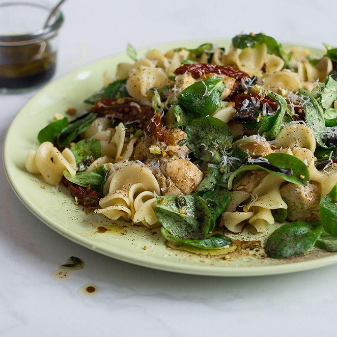 Das Rezept für Nudelsalat mit Hähnchen und Avocado und viele weitere köstliche Rezepte findest du im Springlane Magazin.