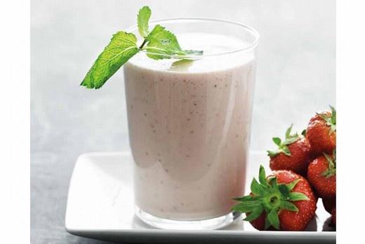 Jordbærmilkshake med vaniljeis eller yoghurt