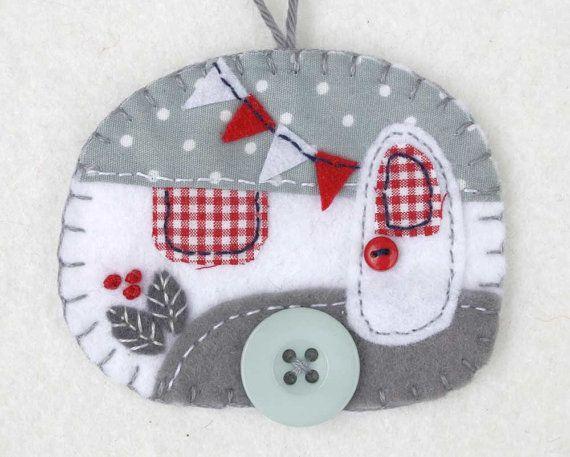 Caravane vintage gris et blanc ornement de Noël. Chutes de remorque caravane Vintage ornement, fait à la main à partir de feutre à suspendre et décoré d'un tissu. Avec petit Bruant feutre et boutons pour le bouton de roue et porte, couverture cousu des bords et une boucle de coton pour l'accrochage. Gris et blanc avec des détails rouges. Lornement est plat en forme, avec un feutre Uni à larrière. Taille environ 3 x 2,5 pouces / 7,5 x 6,5 cm Une touche finale parfaite pour une petite carav...