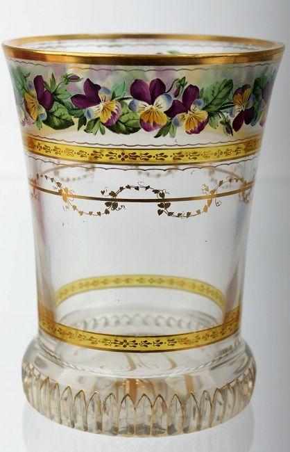 Rakousko, Vídeň, Anton Kothgasser (1769-1851), signováno AK, okolo roku 1825, zvoncovitá číše s vertikálními klínovými řezy na nízké kruhové patce, čiré sklo, broušené, žlutě lazurované, ručně malované transparentními barvami a zlatem, na matném pásu malované polychromované macešky, ve spodní a horní časti číše žlutě lazurovaný pás se zlatem malovanými ornamenty, zlatý pás s motivem břečťanu, na základně zlatem malovaný monogram CA, na hrdle jedno místo restaurováno (stará oprava), rozměry…