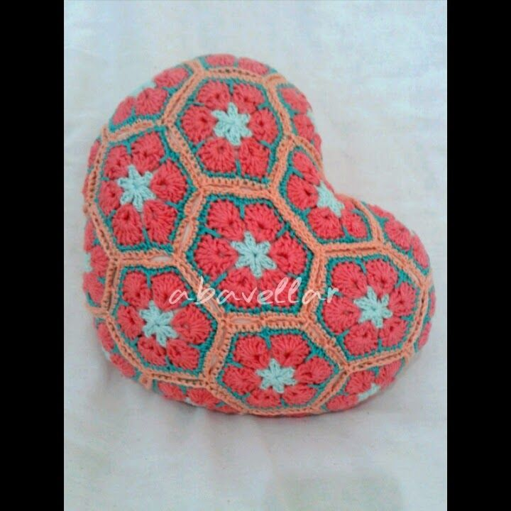 Almofadas de croche em coração com flores africanas. Essas feitas especialmente para duas pessoas muito muito especiais. **criação e prod...
