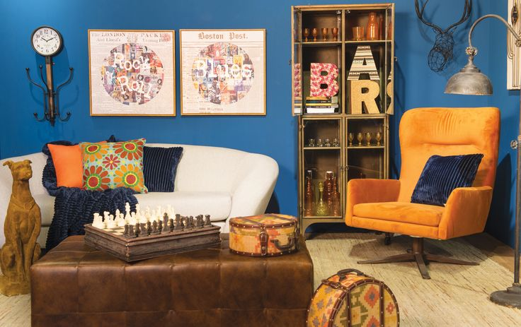 Parede na cor azul, móveis e objetos em tons terrosos são os protagonistas deste ambiente.