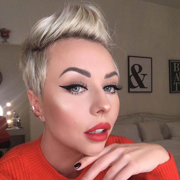 Red Lips with Wingend Eyeliner