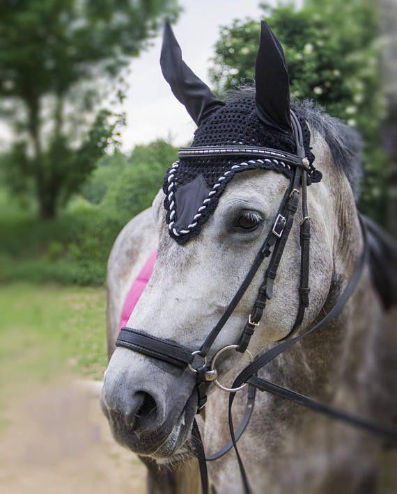 Zwart satijn oornetje vliegenmuts zwart wit oornetje paard, fly bonnet, black satin flyveil, earbonnet horse, dressage flybonnet, edward gal, voice paard, flybonnet style, etsyshop finds