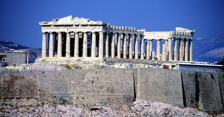 """Cómo hacer un disfraz de espartano de """"300"""". La película """"300"""" trata sobre la decisión del rey espartano Leonidas de llevar solo una pequeña fuerza de 300 hombres para pelear contra el rey persa, Xerxes, quien estaba intentando de asimilar a Esparta a su imperio. Esta película ha aumentado en gran medida la popularidad de la Antigua Grecia. Sin embargo, las togas, chitones y armaduras ..."""