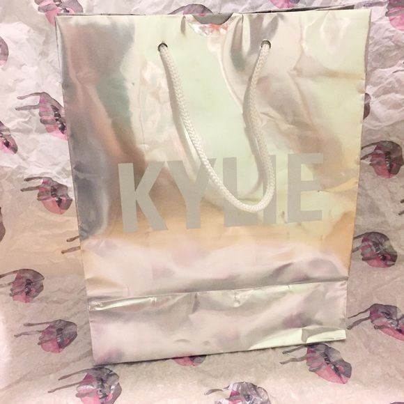 I just discovered this while shopping on Poshmark: Saco de compras de Kylie Jenner. Check it out!  Size: OS