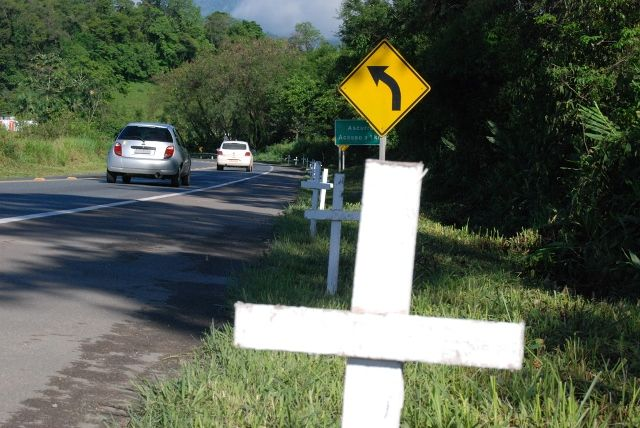 Para sinalizar a ponte da morte, como é conhecida no Médio e Alto Vale, organizadores do protesto pacífico colocam cruzes brancas no trecho da Br 470.