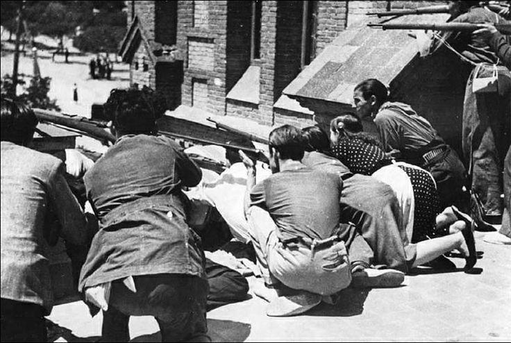 1936,19 Julio, Madrid. Milicianos apuntan con sus fusilesdesde la azotea, por Vilaseca y Contreras (Archivo de la CNT)