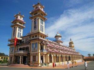 In 2011 en 2012 was contributor Ivonne 6 weken in het veelzijdige Vietnam, en reisde er met het openbaar vervoer van Hanoi tot aan het zuiden. Vietnam is een land dat haar hart heeft gestolen. Vandaag een post over de bijzondere Cao Dai tempel in Tay Ninh, een echte must see in het zuiden van Vietnam!
