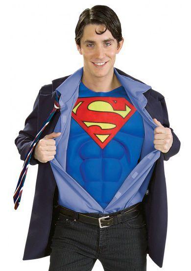 Clark Kent Het Clark Kent Superman kostuum. Het kenmerkende Clark Kent uiterlijk begint met de zwarte bril, daarnaast het jasje met de blouse (voorzijde van de blouse), gestreepte stropdas en natuurlijk het blauwe Superman shirt. Door de stevige voorgevormde sixpack en borstspieren hoef je helemaal niet naar de gym om op Clark Kent van Superman te lijken.  Set bestaat uit: - Clark Kent Bril - Clark Kent Jasje - Voorzijde blouse - Clark Kent Stropdas - Superman Shirt