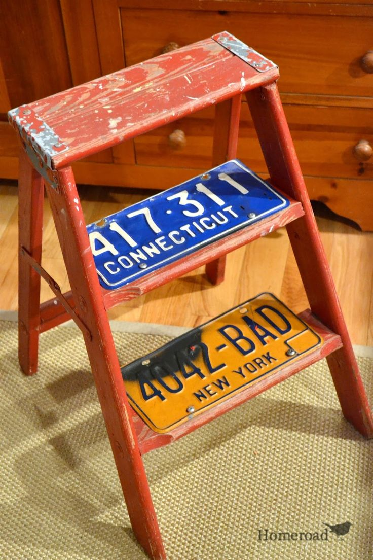 Add license plates to the steps of an old ladder to create shelving in a narrow space | Homeroad