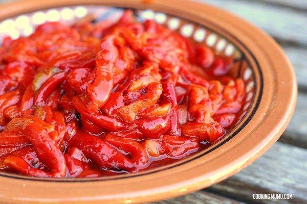 Poivrons marinés à l'ail Cette préparation peut être mangée sur du pain grillé, en entrée, en accompagnement de viande, mélangée à des pâtes, du riz, ou encore dans un sandwich.