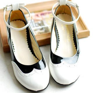 1920s Style Two Tone Black White Patent Mary Jane Flats Shoes- CUTE! http://www.vintagedancer.com/1920s/buy-1920s-shoes-for-women/