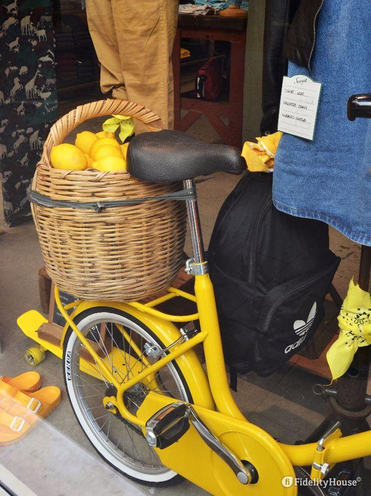 E' arrivato un cesto carico di... limoni. Un bel giallo per decorare una vetrina di abbigliamento casual.