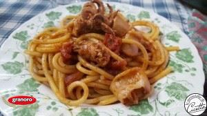 Estate è sinonimo di mare, anche a tavola.E allora vai con una bella spaghettata con sugo di calamari e cozze ;)Grazie  Le meraviglie di Cicetta!  http://bit.ly/2rtvt3a