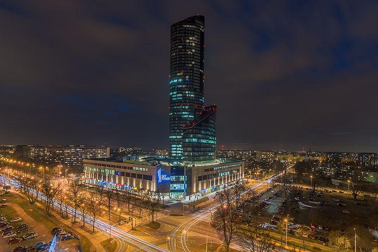 Sky Tower Wrocław nocą
