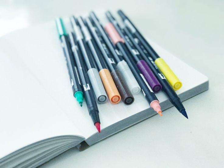 Livet mitt føles bedre når jeg har fine lister og oppdatert oversikt over ting jeg holder på med! Jeg har alltid vært glad i å lage lister og strukturere hodet mitt ned på papir med en fin penn. Det er faktisk en 'understatement' at jeg er glad i dette, for jeg er egentlig ganske koko når det kommer til notatbøker, fine penner og ulike måter å strukturere livet mitt på ved å lage og skrive lister. Hver søndag setter jeg med ned med notatboken min og koser meg med å lage neste ukes &#...