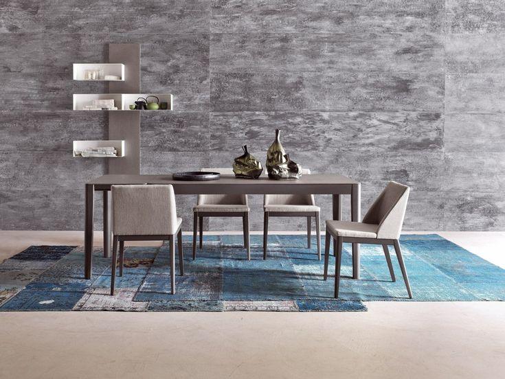 Il tavolo LUGANO ha struttura in poro aperto laccato piombo e top in ecomalta grigio scuro. Accompagnato dalle sedie in tessuto modello LOLITA crea un'ottima ambientazione per la vostra sala. Diteci la vostra!