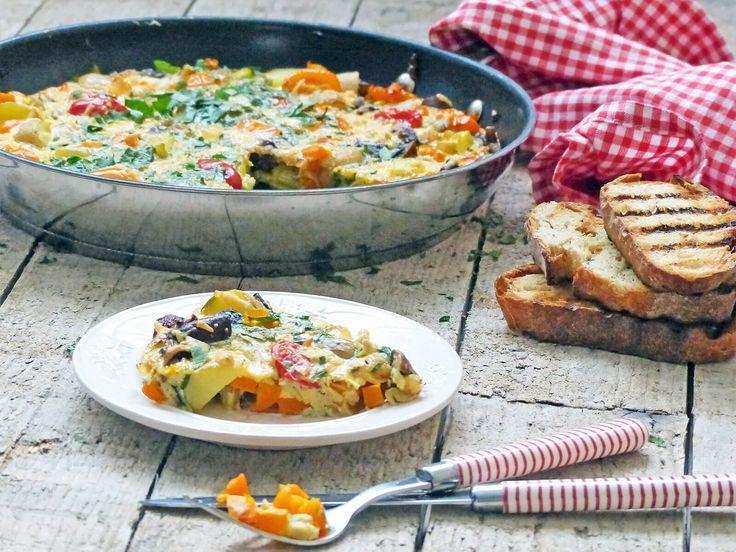Tortilla met champignons is een heerlijk Spaans gerecht dat bestaat uit een dikke omelet van ei, aardappels en heel veel groente. Snel klaar in 10 minuten.