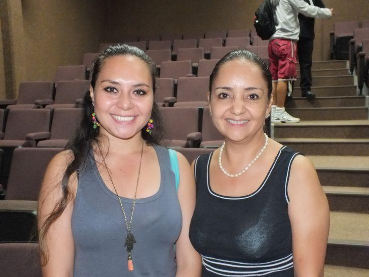 Rebeca Alvarez y Veonica Zamora en el Planetario Kayok en La Conferencia impartida por Oscar Reyes