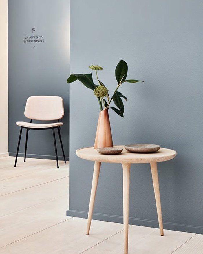 NIEUW DESIGN Dit seizoen zien we weer een keur aan nieuw design, gemaakt van natuurlijke materialen zoals hout, leer, marmer en steen. De gebruikte kleuren zijn bruin, groen en goud. Alles draait om vakwerk, details en mooie vormen.  Foto's: Pernille Greve. Door: Lone Monna.  Stoel: Søborg Chair model 3061 Tafel: Accent Side Table, Mater Kan: Selters, Ment Platte schalen: Hover Bowls, Norm architects, Menu