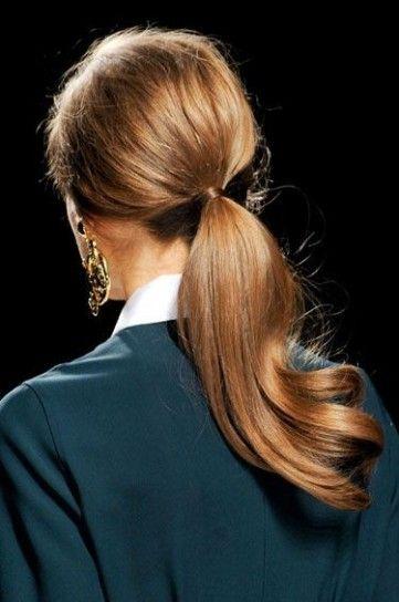 Coda bassa e morbidaPer essere elegantissime in questo Natale 2013, una coda bassa e morbida è un'ideale acconciatura per capelli.