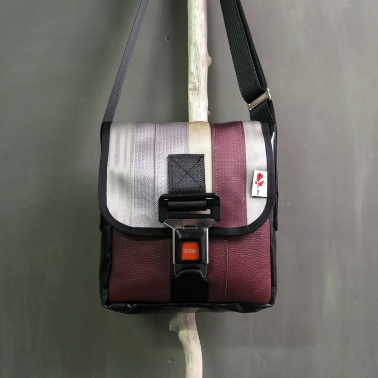 Sac fait de ceintures de sécurité et de bancs de voiture en cuir recyclés. En plus d'être robuste et stylé, chaque sac est unique et a été fabriqué au Canada par MariClaRo. Dimensions : 9po de large, 11po de haut et 3 po de profondeur.