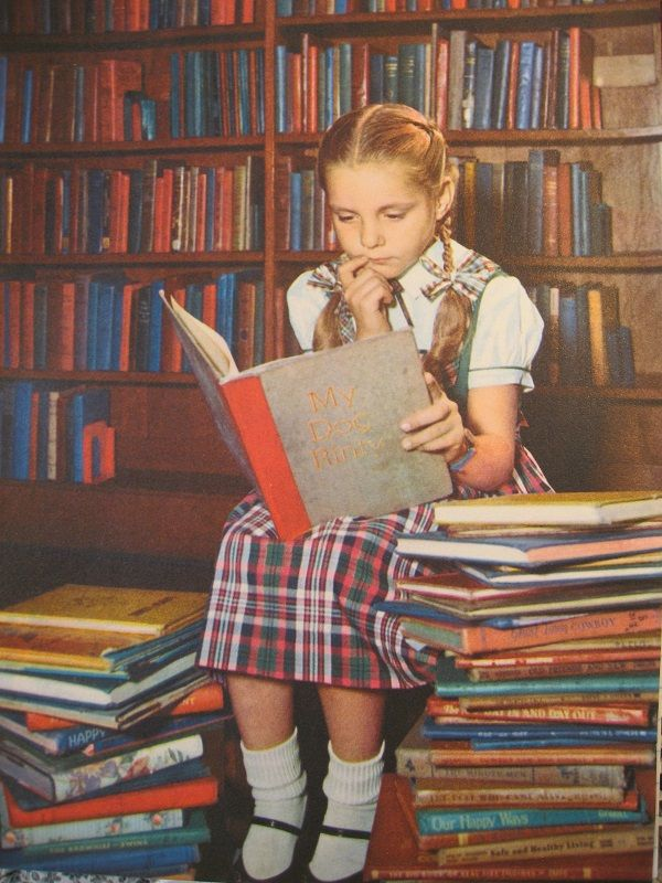 Reading Girl Pigtails Classic - Copy  Infancia-3423
