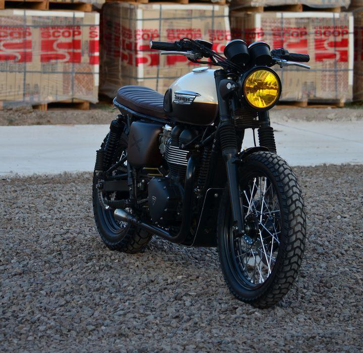 Triumph Bonneville Brat Style by Vida Bandida Motocicletas #motorcycles #bratstyle #motos | caferacerpasion.com