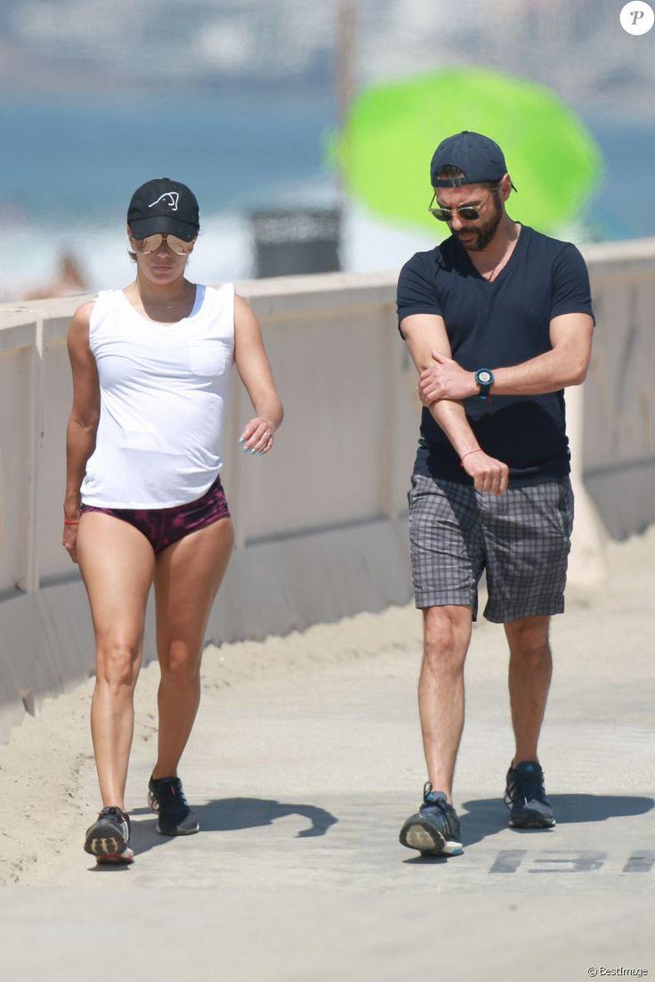 Exclusif - Eva Longoria et son mari Jose Baston se promènent le long de la plage à Malibu. Le 28 août 2016 © CPA / Bestimage