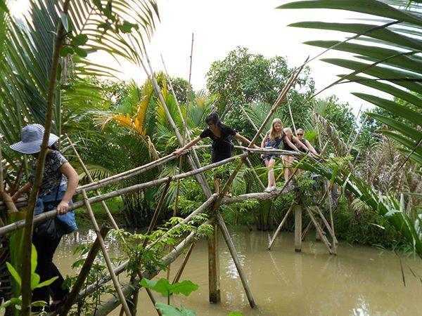 Leo cầu khỉ khám phá khu du lịch sinh thái Miền Tây
