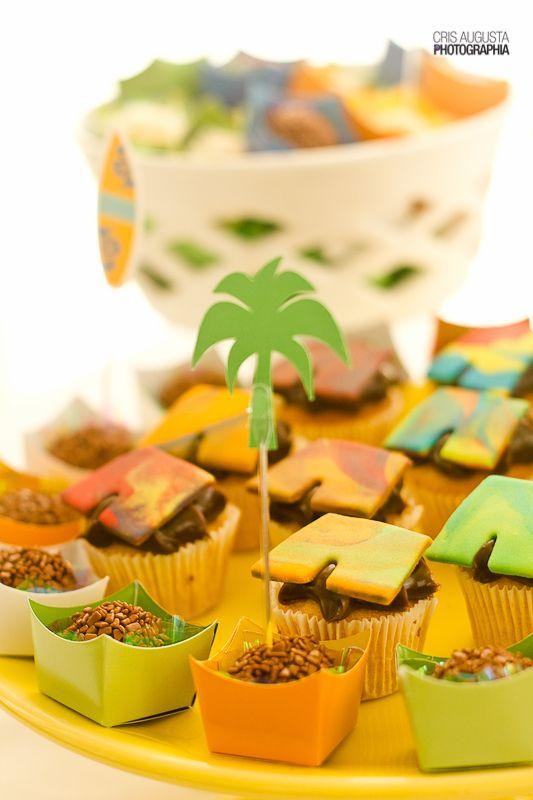 O aniversário do Havaí, também teve bolinhos decorados com bermudas, fazendo o estilo surfista!