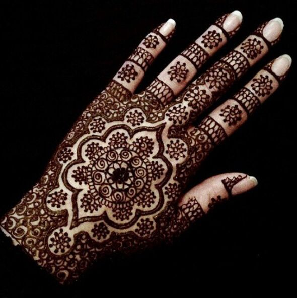 Detailed wedding henna / mendhi for bride