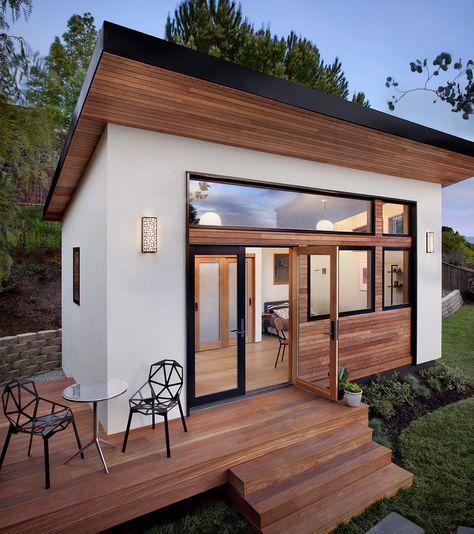 Luxus-Haus-in-weniger-als-6-Wochen-bauen-lassen_modernes-Fertighaus-mit-kleiner-Holzterrasse