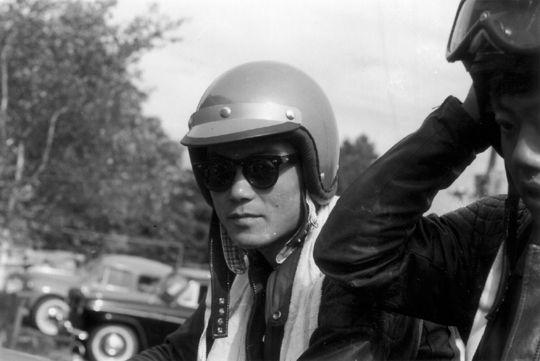 1959年の浅間のレース当日、あるいはその前の練習のため、宿舎を出発する際に出場選手を順繰りに撮影していったもののうちの一つであったようですね。