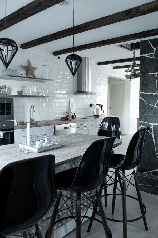 renovering kök 2013, kök 2013, kök i vitt och grått, industriellt kök 2013, rostfria detaljer i köket, dödens lampor, eames barpallar, öppna...