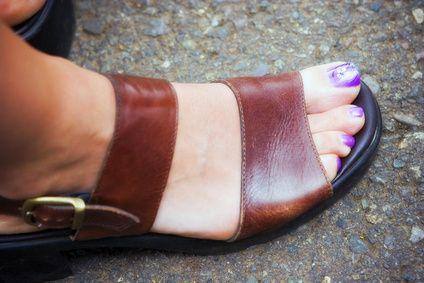 La mejor manera de limpiar las sandalias de cuero | eHow en Español