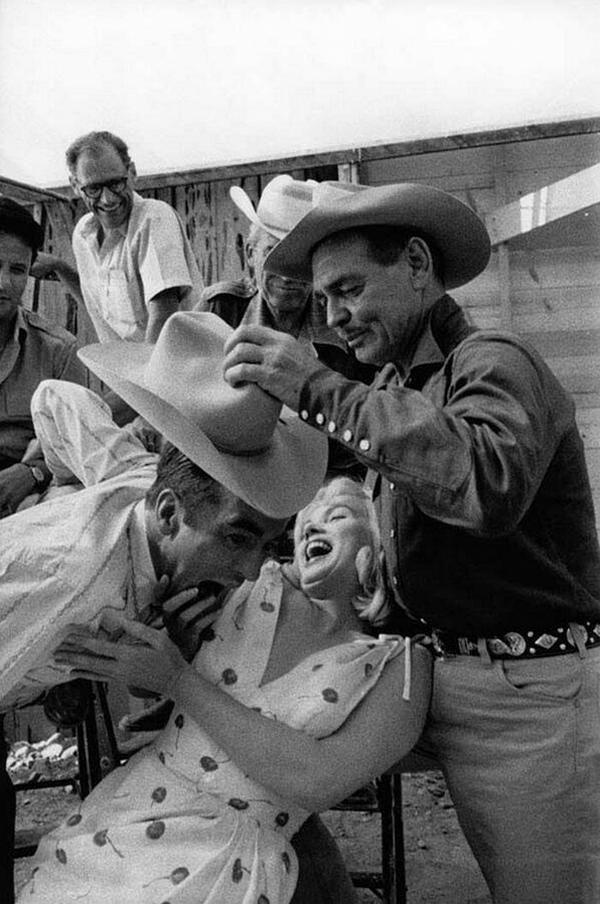 Кларк Гейбл и Мэрилин Монро на съемках фильма «Неприкаянные». 1960 г. США.