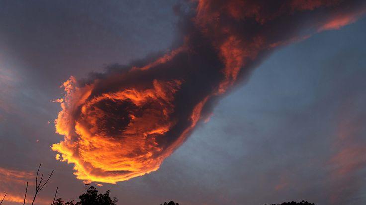 """Was ist das nur? Ein leuchtender Komet? Die """"Hand Gottes""""? Eine ungewöhnliche Wolkenformation, die wie eine lodernde Faust bedrohlich am Morgenhimmel hing, versetzte die Bewohner der Atlantik-Insel Madeira Anfang der Woche in Staunen."""