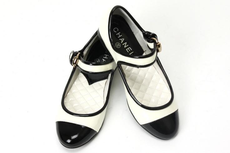 Chanel flats #shoesCoco Chanel, Chanel White Flats, Chanel Flats, White Fashion, Flats Shoes, Black White, Clasicos Chanel, Chanel Shoes, Chanel Bicolor
